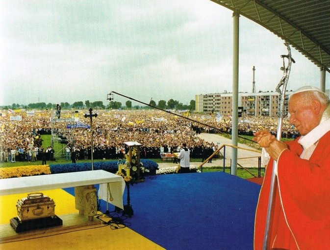 Na zdjęciu: Jan Paweł II odprawiający mszę podczas wizyty w Łowiczu.